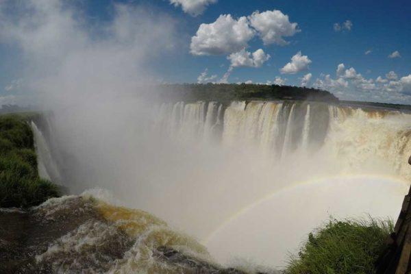 Contemplar o lado argentino das Cataratas do Iguaçu é um passeio imperdível.